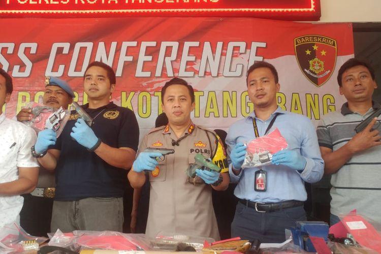 Kapolresta Tangerang, AKBP Ade Ary Syam Indradi (tengah) memegang barang bukti senjata api rakitan di Polres Kota Tangerang, Selasa (24/12/2019)