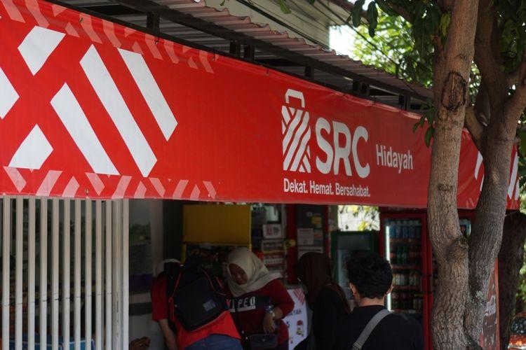 Pohon rindang memayungi setiap orang yang bercengkrama di depan toko kelontong SRC Hidayah