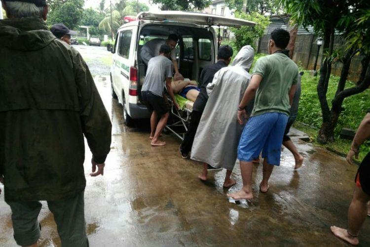 Salah satu warga bernama Taufik (35) tewas setelah tersetrum listrik saat rumahnya yang berada di Ciputat Baru Rt 07/08, Kecamatan Ciputat, Tangerang Selatan, Rabu (1/1/2020).