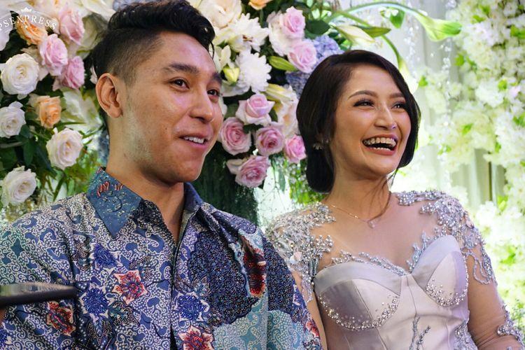 Penyanyi dangdut Siti Badriah dan Krisjiana Baharudin dalam jumpa pers usai prosesi lamaran di Kembang Kencur, Pejaten, Jakarta Selatan, Kamis (21/3/2019).
