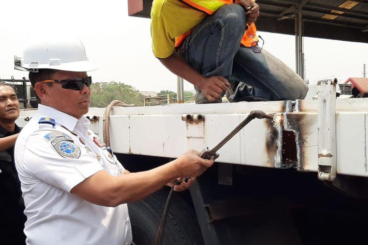 Direktur Jenderal Perhubungan Darat Kementerian Perhubungan Budi Setiyadi lakukan pemotongan truk yang kelebihan muatan, Bekasi, Jawa Barat, Senin (30/9/2019)