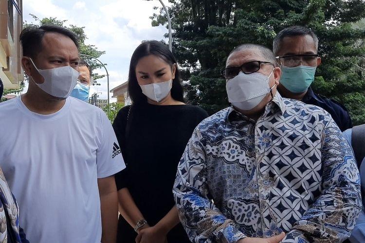 Vicky Prasetyo dan Kalina Ocktaranny didampingi kuasa hukum Razman Arif Nasution saat ditemui di Polres Metro Jakarta Pusat, Rabu (31/3/2021)