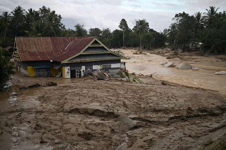 Sebuah rumah tenggelam lumpur akibat banjir bandang di Desa Radda, Kabupaten Luwu Utara, Sulawesi Selatan, Selasa (14/7/2020). Akibat banjir bandang tersebut mengakibatkan 10 orang meninggal dunia dan ratusan rumah tertimbun lumpur.