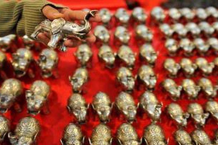 Kerajinan patung logam dari Trowulan, Mojokerto dipamerkan pada Gebyar IPPKINDO (Ikatan Pemberdayaan Pedagang Kecil Indonesia) di Gedung Smesco UKM, Jakarta, Kamis (22/11/2012).