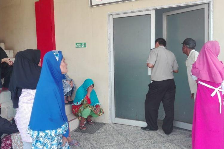 Jenazah Indra saat berada di rumah sakit Bhayangkara Palembang. Para warga yang penasaran mendatangi rumah sakit, untuk melihat wajah pelaku.