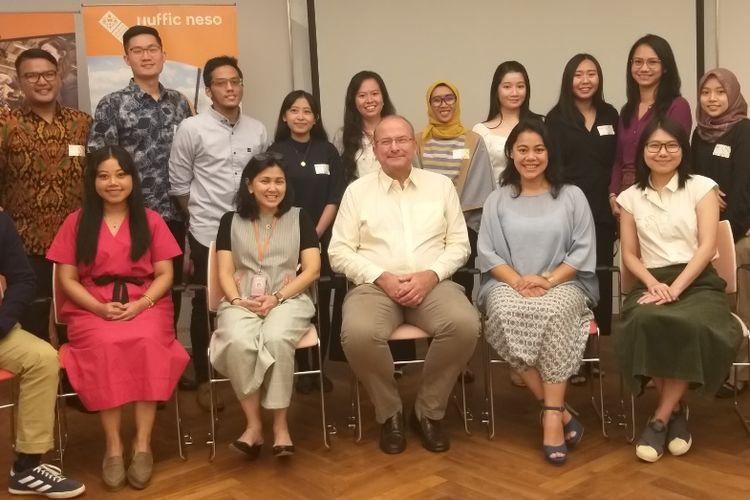 Direktur Nuffic Neso Indonesia, Peter van Tuijl, bersama para penerima beasiswa pada OTS Awardees Gathering di Kedutaan Besar Belanda di Jakarta, Selasa (23/7/2019) malam.
