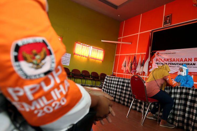 Petugas pemutakhiran data pemilih (PPDP) atau Coklit mengikuti tes cepat COVID-19 (rapid test) di Kantor KPU Kota Blitar, Jawa Timur, Minggu (12/7/2020). KPU Kota Blitar menggelar tes cepat terhadap 259 petugas PPDP Pemilu Serentak 2020 sebelum diterjunkan ke masyarakat dalam melakukan pencocokan data pemilih, guna memastikan kesehatan, serta mencegah penyebaran COVID-19. ANTARA FOTO/Irfan Anshori/foc.