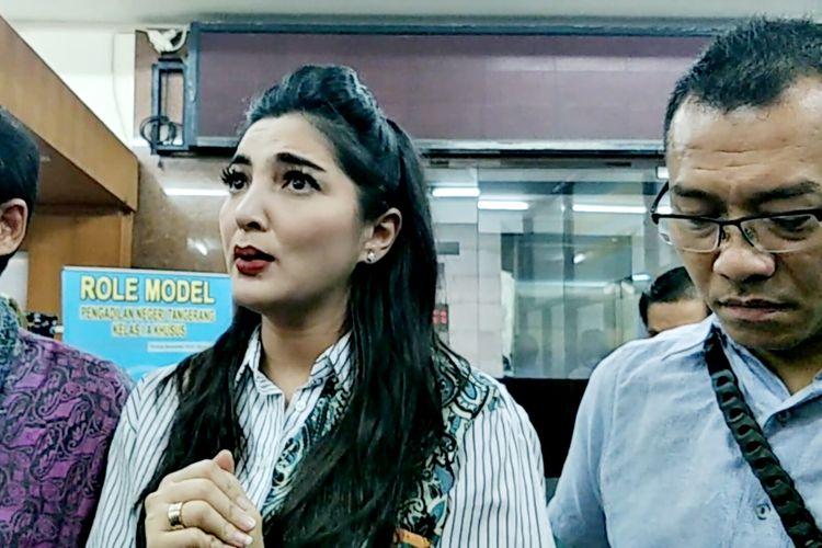 Penyanyi Ashanty didampingi suaminya, Anang Hermansyah di Pengadilan Negeri Tangerang, Rabu (31/7/2019).
