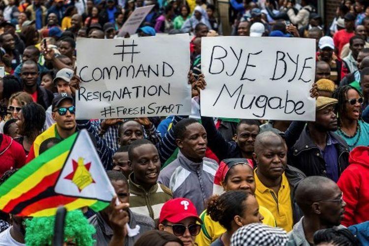 Warga Zimbabwe saat aksi mendukung pergantian presiden di Harare.