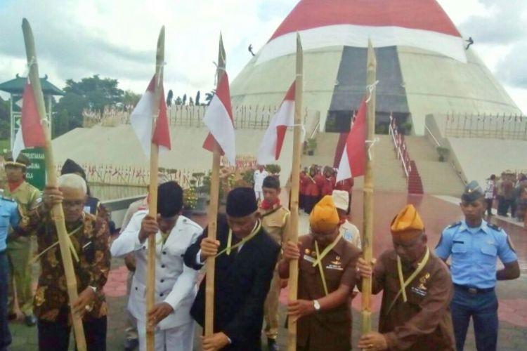 Bupati Sleman Sri Purnomo bersama para veteran saat menancapkan bambu runcing di Museum Jogja Kembali.