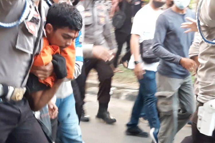 Salah seorang pedemo yang ditangkap kepolisian saat ricuh, pada Selasa (20/10/2020) di Jalan RE Martadinata, Telanaipura, Jambi.