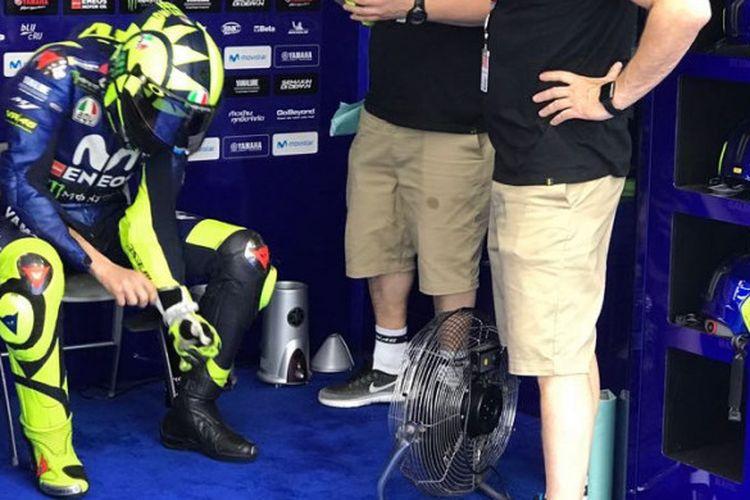 Valentino Rossi (kiri) saat berada di paddock tim Movistar Yamaha ketika MotoGP Argentina sempat ditunda sementara, Minggu (8/4/2018).