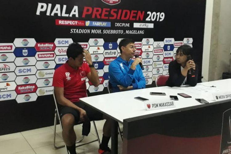 Pelatih PSM Makassar, Darije Kalezic, bersama dengan Rizki Pellu, pada jumpa pers setelah laga perdana melawan Kalteng Putra pada kompetisi Piala Presiden 2019 di Stadion Moch Soebroto, Rabu (6/3/2019).