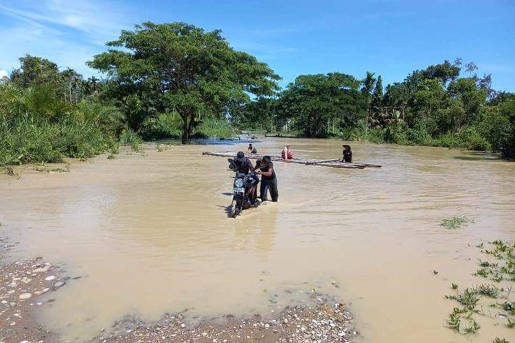 Warga melintas di Desa Meunasah Leubok, Kecamatan Pirak Timu, Aceh Utara, Senin (26/4/2021).