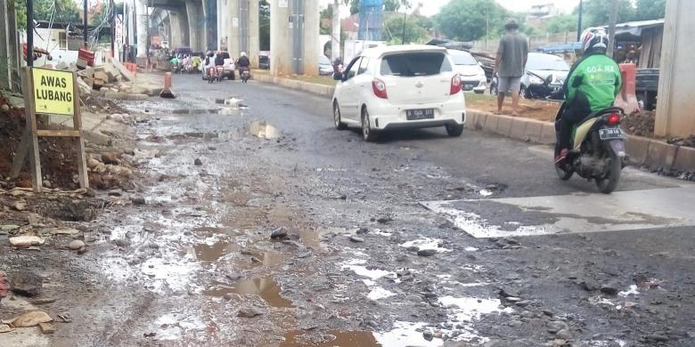 Kondisi jalan yang rusak di Jalan Ciledug Raya, Jakarta Selatan pada Jumat (3/2/2017).