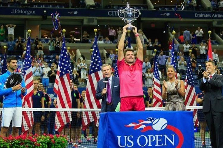 Petenis Swiss, Stan Wawrinka, mengangkat trofi juara AS Terbuka 2017 yang diraih setelah mengalahkan Novak Djokovic (Serbia) dengan skor 6-7, 6-4, 7-5, 6-3 pada babak final di Billie Jean King National Tennis Center, New York City, Amerika Serikat, Minggu (11/9/2016).
