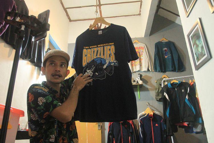 Abay pedagang barang second brandid di Palembang, Sumatera Selatan saat sedang live Facebook untuk menjual jaket maupun baju. Dalam sehari, Abay bisa mendapatkan omset sebesar Rp 4 juta.