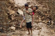 Kisah Relawan Jalan Kaki Dua Jam Tembus Lumpur Kirim Bantuan untuk Korban Bencana di Lebak
