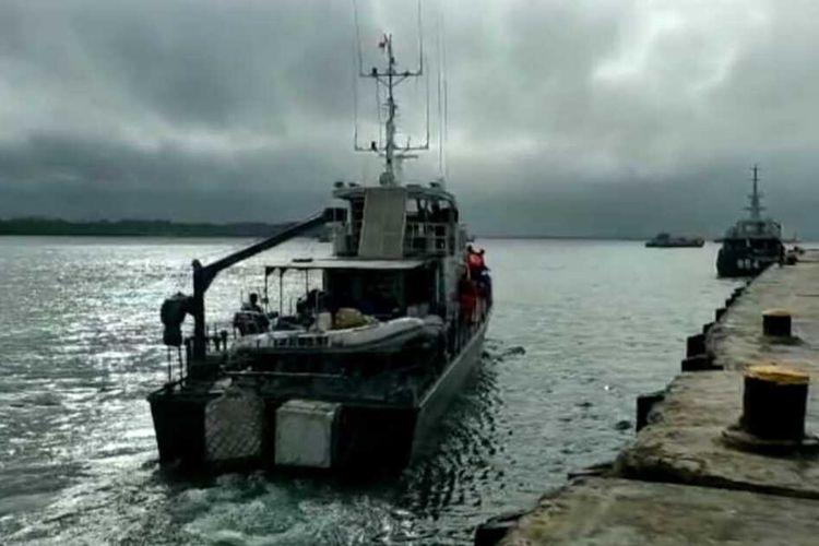 apal patroli KP 3002 Teluk Ambon milik Polairud Polda Maluku dikerahkan ke peraiaran Kepulauan Tanimbar untuk mencari 25 anak buah kapal (ABK) KM Hentri yang hilang diperaiaran tersebut, Jumat (10/9/2021)