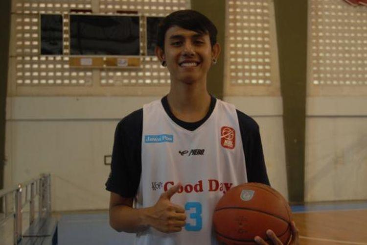 Pebasket CLS Knights Surabaya, Dimaz Muharri, berpose sambil memegang bola basket usai latihan rutin, Sabtu (7/9/2013).