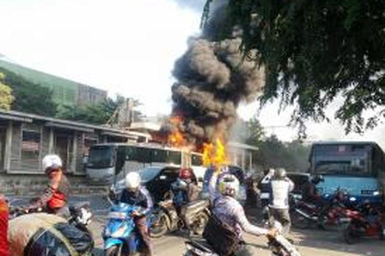 Satu bus transjakarta jenis bus gandeng yang terbakar di Halte Salemba, Jakarta Pusat, Jumat (3/7/2015)