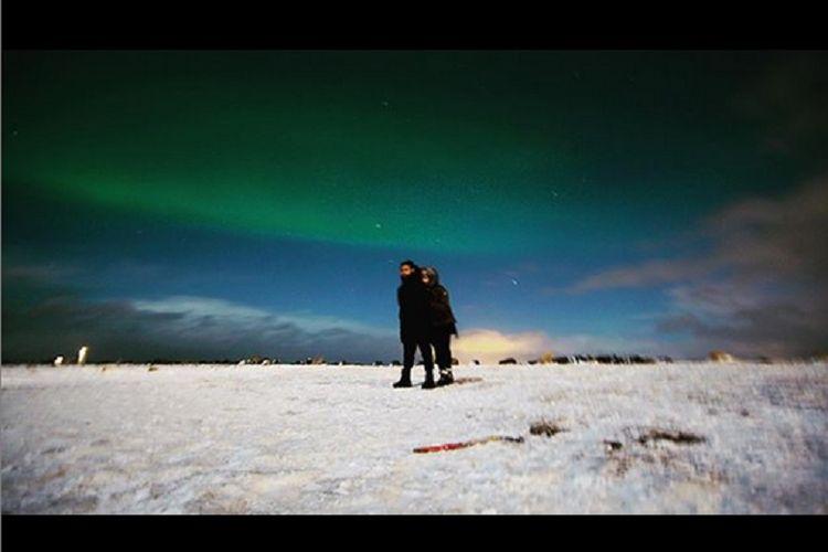 Pasangan artis Raffi Ahmad dan Nagita Slavina berfoto dengan penampakan aurora.