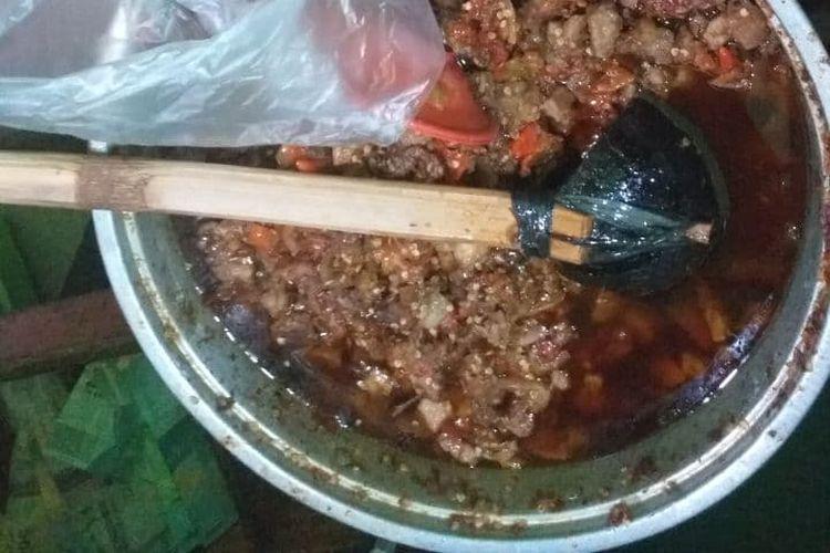 Ilustrasi oseng mercon di warung Bu Narti.