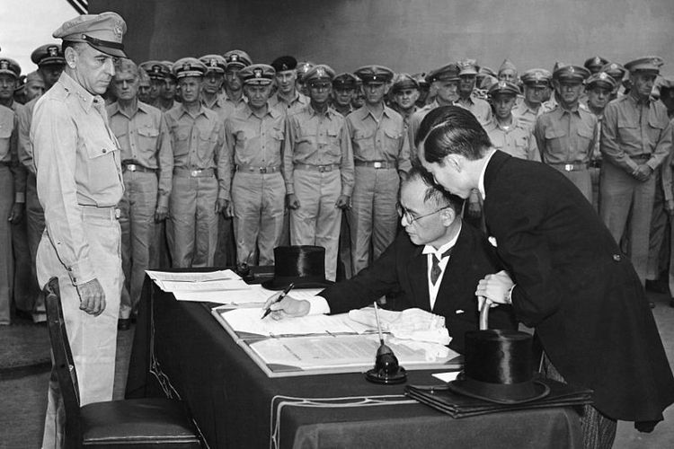 Peristiwa Jepang menyerah tanpa syarat pada Sekutu ditandai upacara penandatanganan di atas kapal perang USS Missouri di Teluk Tokyo, 2 September 1945. Menteri Luar Negeri Jepang Mamoru Shigemitsu menandatangani mewakili pemerintah Jepang.