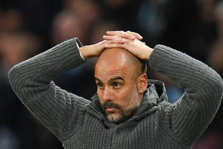 Pep Guardiola memerhatikan anak-anak asuhnya pada pertandingan Manchester City vs Leicester City dalam lanjutan Liga Inggris di Stadion Etihad, 6 Mei 2019.