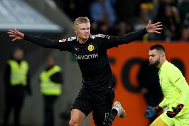 Penyerang Bosrussia Dortmund, Erling Braut Haaland, melakukan selebrasi setelah mencetak gol ke gawang Ausgburg di Stadion WWK Arena, Sabtu (18/1/2020).