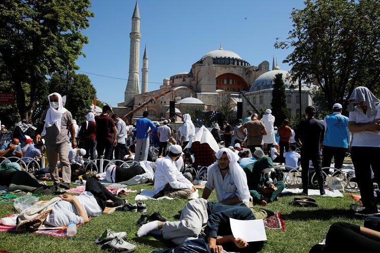 Jemaah menunggu dimulainya shalat Jumat di luar Masjid Agung Hagia Sophia, pada Jumat (24/7/2020). Untuk pertama kalinya Hagia Sophia menggelar shalat Jumat dalam 86 tahun terakhir, usai statusnya diubah lagi menjadi masjid pada 10 Juli 2020.