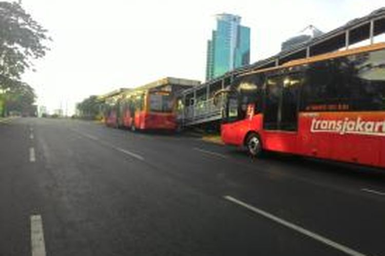 Bus transjakarta masih boleh lewat Jalan Gatot Soebroto yang sudah ditutup, Rabu (22/4/2015) sore.