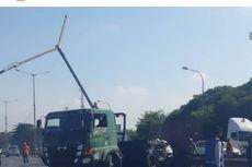 Truk Kontainer Terbakar Usai Tabrak Pembatas Jalan di Tol Cakung-Cilincing
