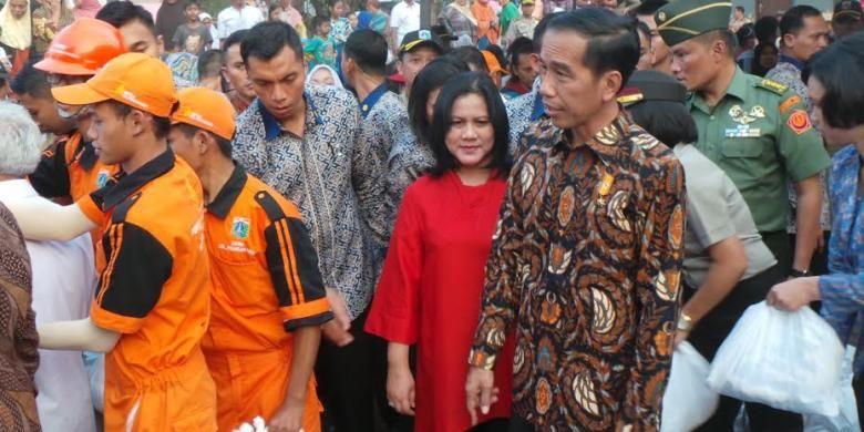 Presiden Joko Widodo bersama Ibu Negara Iriana Joko Widodo saat membagikan paket sembako di Lapangan Bedeng, Pisangan Baru Tengah, Pisangan Baru, Kecamatan Matraman, Kota Jakarta Timur, Selasa (8/9/2015).