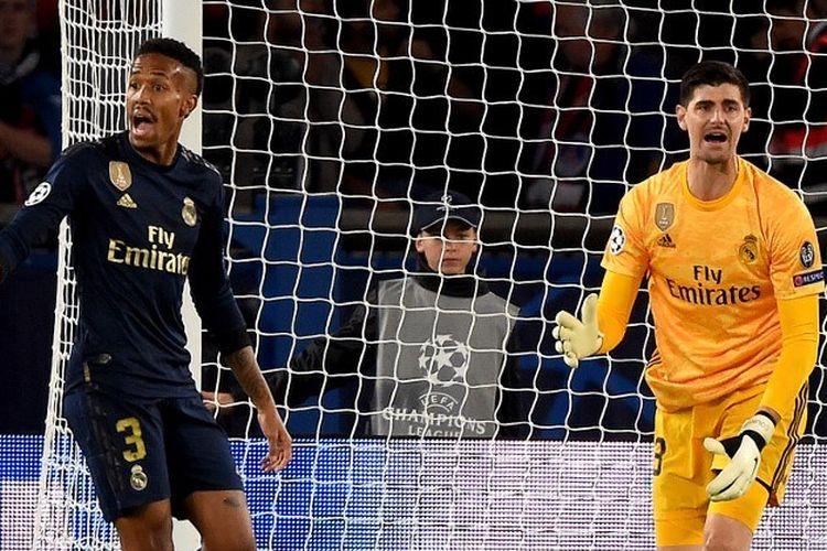 Eder Militao dan Thibaut Courtois tampak mempertanyakan keputusan wasit pada pertandingan PSG vs Real Madrid dalam matchday 1 Liga Champions di Parc des Princes, 18 September 2019.