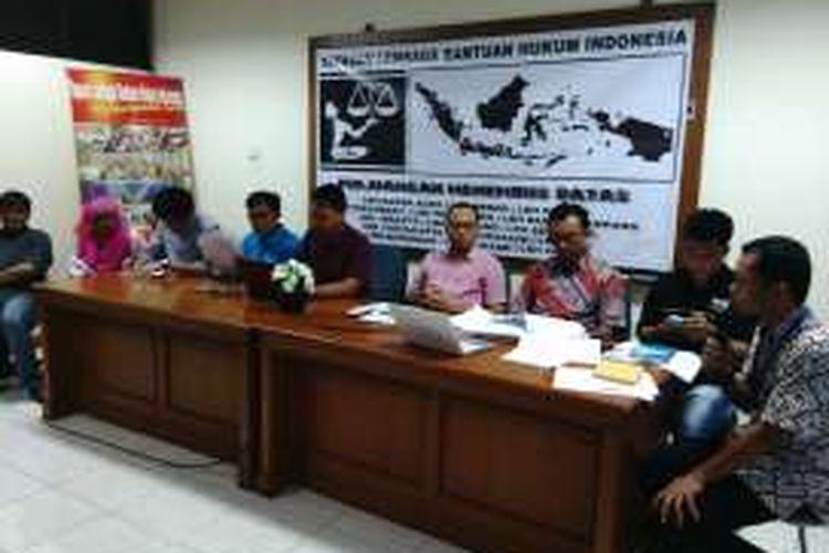LBH Jakarta bersama Kesatuan Nelayan Tradisional Indonesia (KNTI) dalam jumpa pers terkait isu reklamasi. Sabtu (2/4/2016)