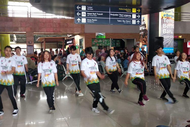 Flashmob para penari yang mempromosikan Haornas (Hari Olahraga Nasional) 2019.