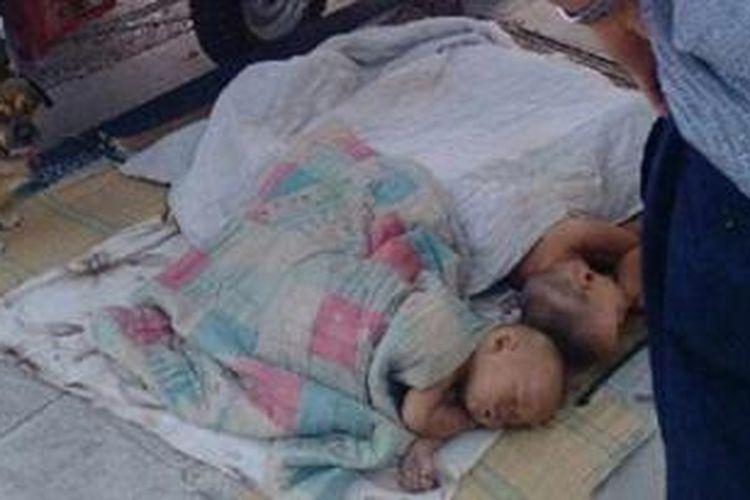 Xu Lin meletakkan ketiga anaknya di pinggir jalan hanya ditutupi selembar kain sebagai selimut. Pria asal Henan ini menawarkan ketiga anaknya itu kepada setiap orang yang melintas,