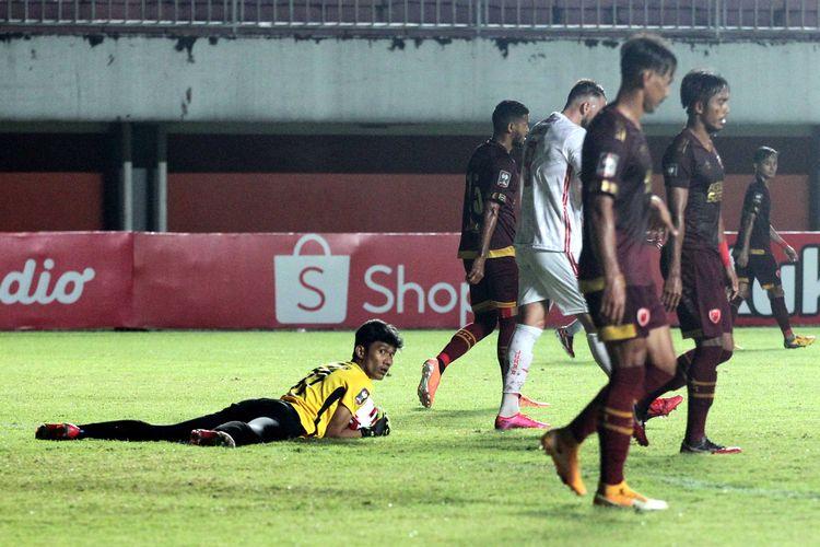 Kiper PSM Makassar Hilman Syah menangkap bola dari tendangan pemain Persija Jakarta saat babak semifinal Piala Menpora 2021 yang berakhir dengan skor 0-0 di Stadion Maguwoharjo Sleman, Kamis (15/04/2021) malam.