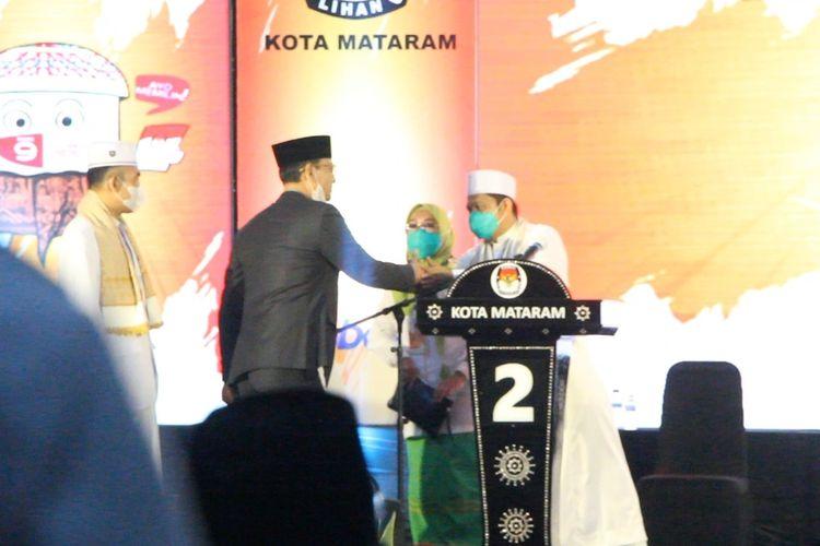 Sejumlah paslon wali kota dan wakil wali kota Mataram terlihat bersalaman usai debat publik Pilkada Mataram, Kamis (29/10/2020) malam.