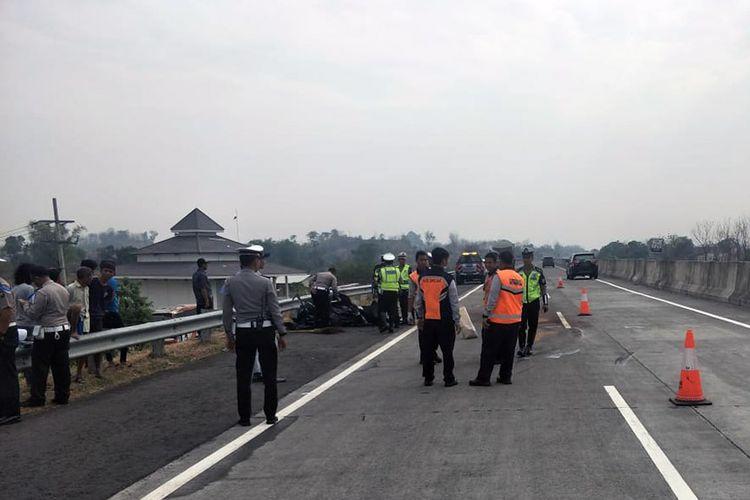 Petugas kepolisian tengah melakukan proses evakuasi dilanjutkan dengan olah TKP di lokasi kejadian, Selasa (6/11/2018).