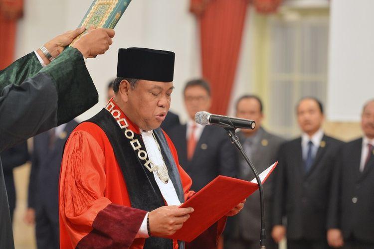 Hakim Konstitusi Arief Hidayat mengucapkan sumpah jabatan di hadapan Presiden Joko Widodo saat dilantik di Istana Negara, Jakarta, Selasa (27/3). Presiden melantik Arief Hidayat menjadi hakim konstitusi periode 2018-2023 setelah terpilih sebagai hakim konstitusi perwakilan DPR.