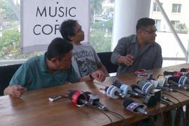 Pengusaha Adiguna Sutowo (kiri) dan Piyu (tengah), gitaris PADI, berbicara dalam jumpa pers di Jakarta, Senin (28/10/2013), mengenai perusakan rumah dan sejumlah mobil milik Adiguna di Jakarta, Sabtu (26/10/2013).