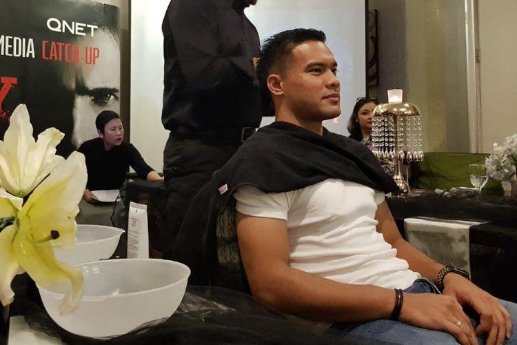 Andritany Ardhiyasa, kiper tim nasional Indonesia dan Persija Jakarta saat menjajal produk perawatan wajah Defy