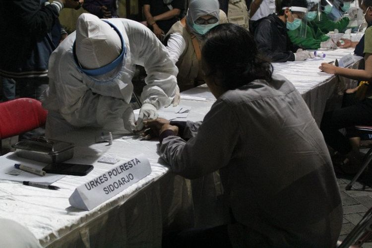 Petugas gabungan melaksanakan rapid test terhadap warga di Kabupaten Sidoarjo yang melanggar penerapan jam malam saat pelaksanaan pembatasan sosial berskala besar. ANTARA/HO-Polresta Sidoarjo
