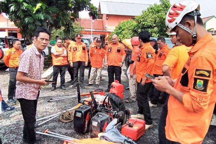 Petugas BPBD bersama Relawan Tanggap Bencana (Retana) disiagakan dalam menghadapi ancaman bencana alam awal tahun ini di wilayah Kabupaten Cianjur, Jawa Barat.