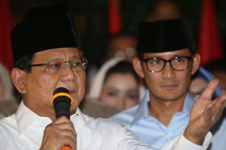 Ketua Umum Partai Gerindra Prabowo Subianto (kiri) didampingi Wakil Gubernur DKI Jakarta Sandiaga Uno ( kanan) memberikan keterangan pers di kediaman Prabowo, Jalan Kertanegara, Jakarta, Kamis (9/8/2018). Prabowo dan Sandiaga Uno resmi maju mencalonkan diri sebagai pasangan capres dan cawapres pada Pilpres 2019