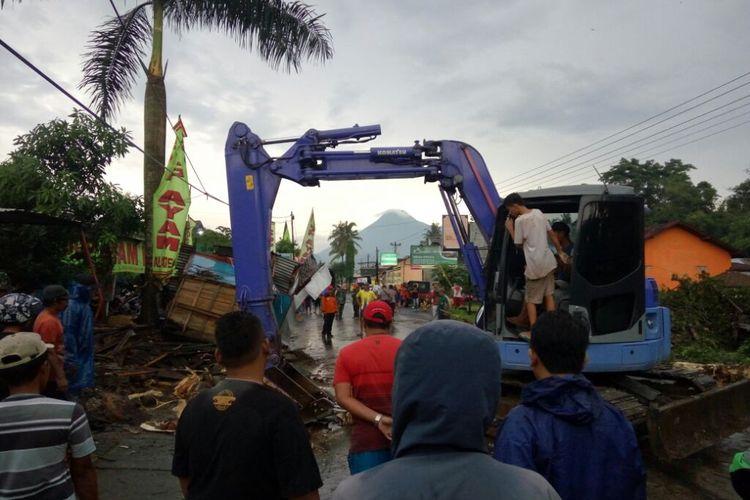 Alat berat diterjunkan untuk membantu evakuasi pohon tumbang dj Jalan Kaliurang KM 16
