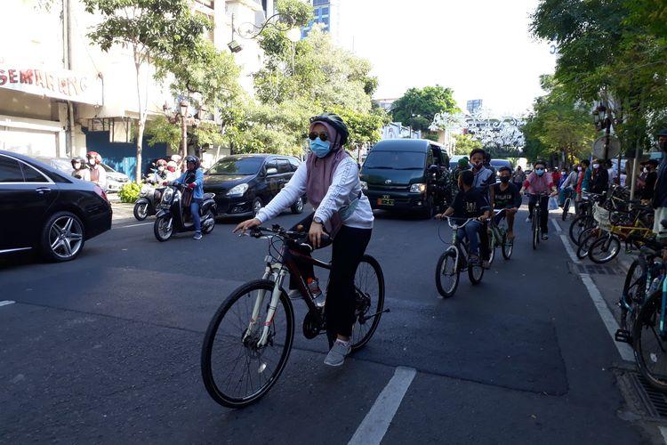 Sejumlah warga sedang mengayuh sepeda di Jalan Tunjungan, Surabaya, Jawa Timur, Minggu (28/6/2020). Ruas Jalan Tunjungan ramai dikunjungi pesepeda seiring meningkatnya warga bersepeda di tengah pandemi Covid-19.