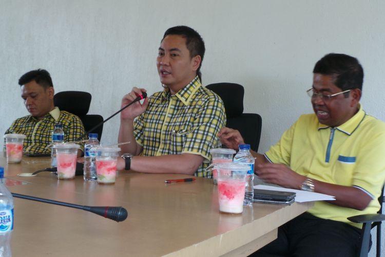 (dari kiri ke kanan) Sekretaris Tim Pemenangan Ahok-Djarot Ace Hasan Syadzily, Ketua DPD Golkar DKI Jakarta Fayakhun Andriadi, dan Sekjen Partai Golkar Idrus Marham, saat menggelar konferensi pers di Kantor DPD Golkar DKI Jakarta, Minggu (16/4/2017).